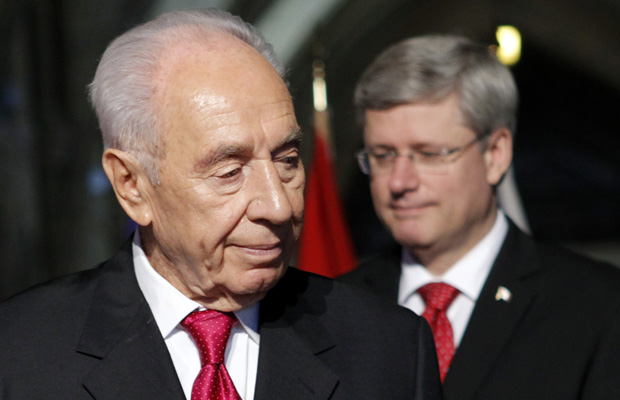 Israeli President Peres and Canada's PM Harper take part in a welcoming ceremony on Parliament Hill in Ottawa